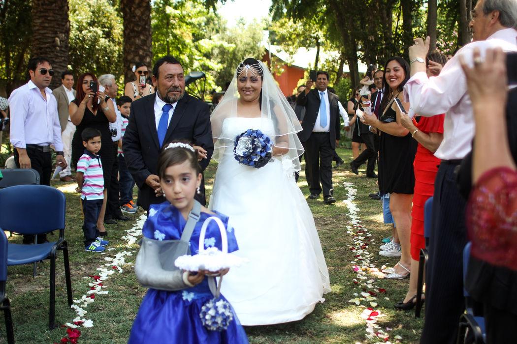 Novia de la mano de su padre caminando por pasillo central & pajesita llevando mini pelota floral colgante