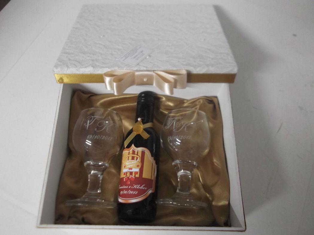 caixa em renda com mini vinho e 2 taças