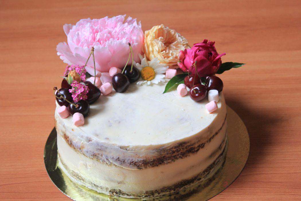 Морковный торт с сливочно- сырным кремом в оформлении цветами и ягодами