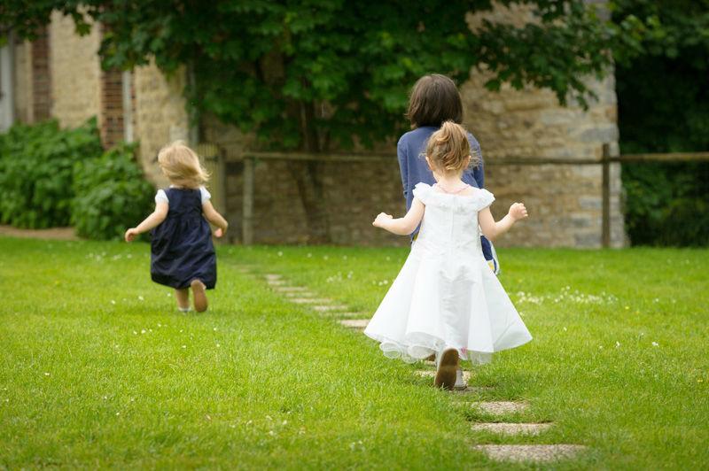 Les enfants qui jouent le jour du mariage.