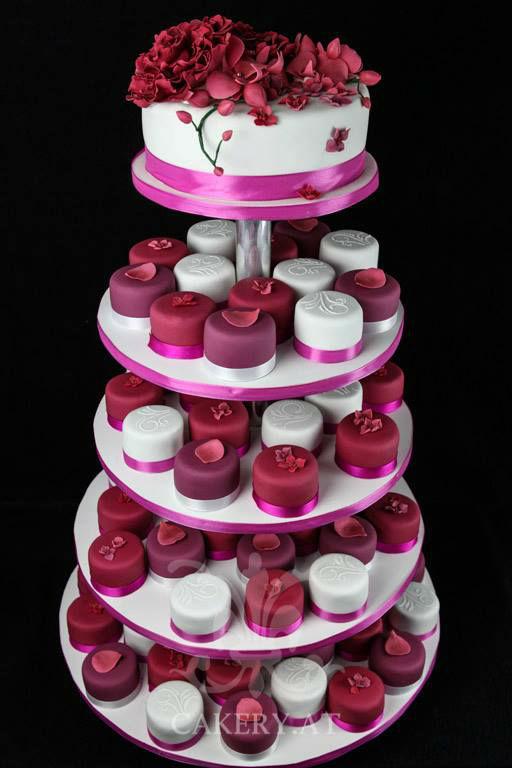 Beispiel: Kleine Torte mit Mini-Törtchen, Foto: Rita The Cakery.