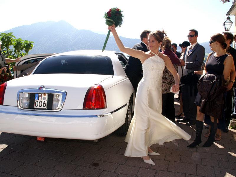 Beispiel: Brautpaar mit Limousine, Foto: Limorent.