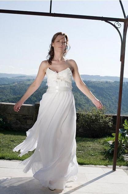 Corinne : robe corset haut plissé en taffetas de soie, mousseline de soie et dentelle de Calais appliquée sur le haut. Dernier essayage au château de Montaigut-le-Blanc par un temps merveilleux!