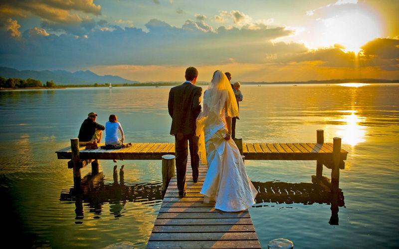 Beispiel: Brautpaar auf Steg, Foto: Chiemgauhof.