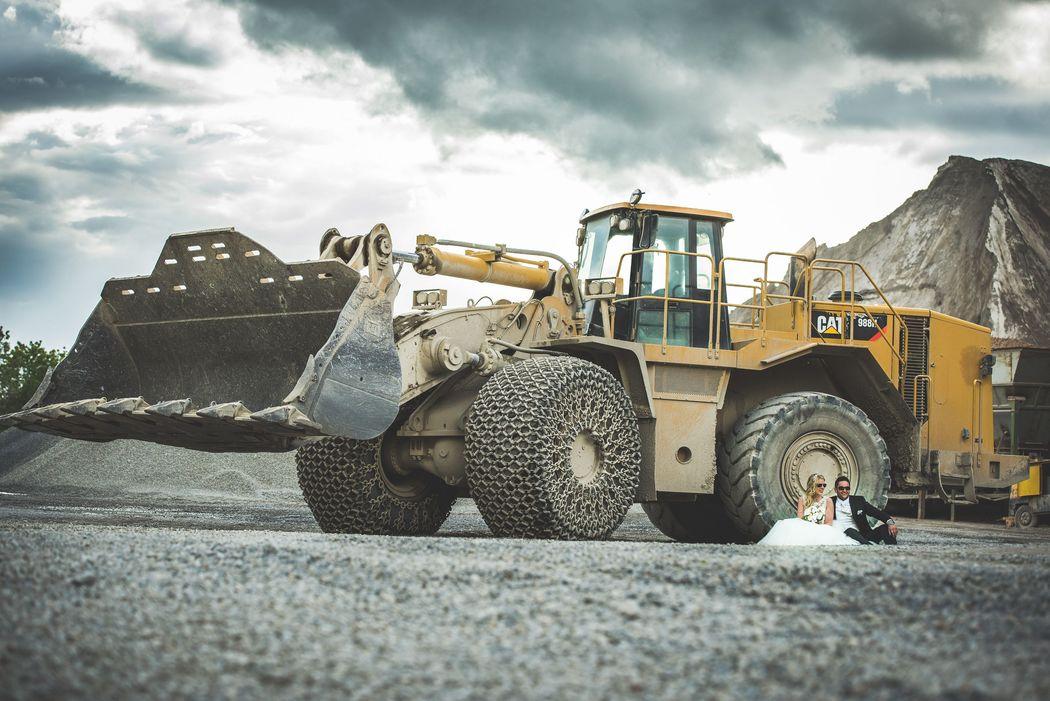 Beispiel: Brautpaarshooting im Steinbruch mit schwerem Gerät, Foto: Hochzeitsfotografie Thomas Göbert