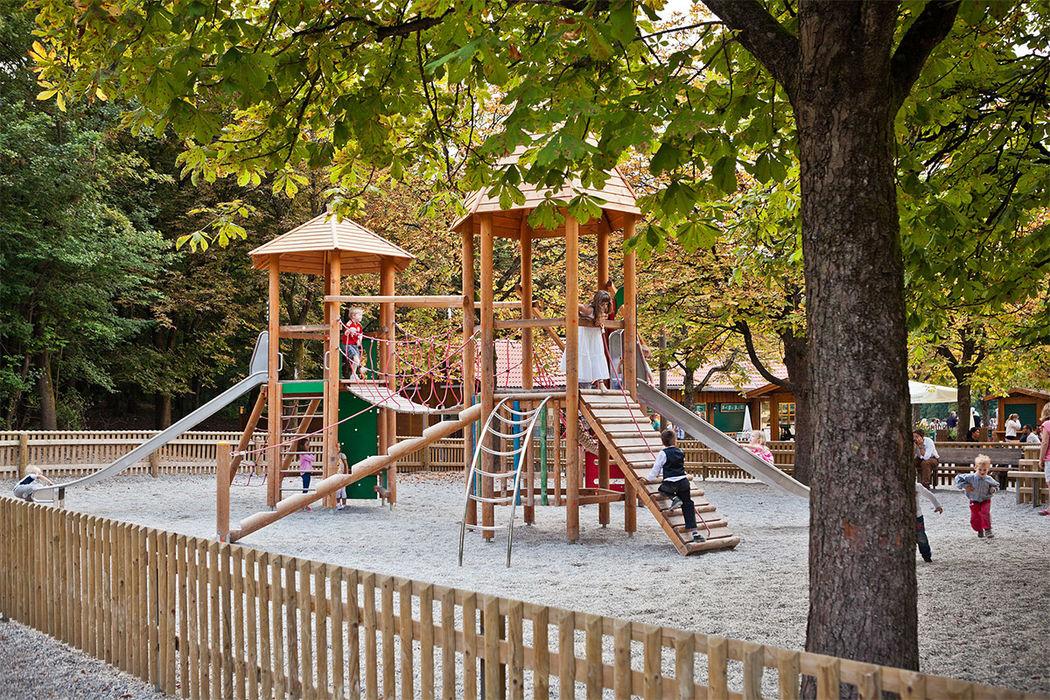 Der große, umzäunte Kinderspielplatz