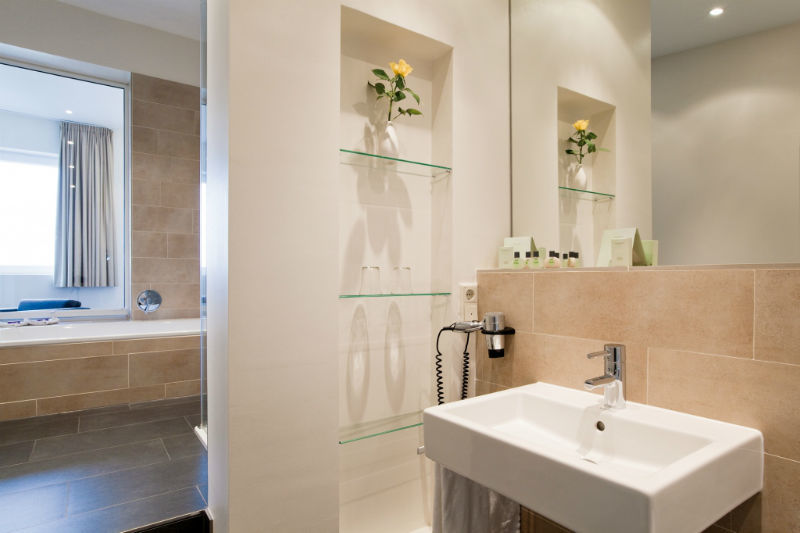 Beispiel: Badezimmer, Foto: Hotel Ambassador.