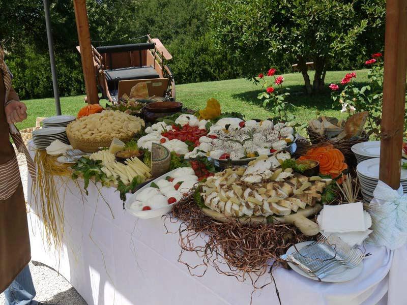 Beispiel: Hochzeitsbüffet unter freiem Himmel, Foto: Mario's Catering.