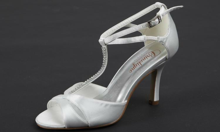 Beispiel: Geschmackvoller Schuh für die Braut der Marke Crinoligne, Foto: Olena.