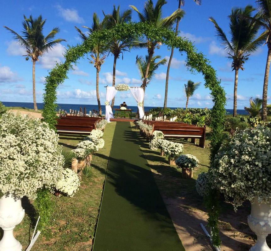Cerimônia na praia, com todo mobiliário.