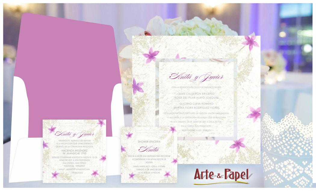 Delicada invitacion contraplacada con detalles en un suave lila