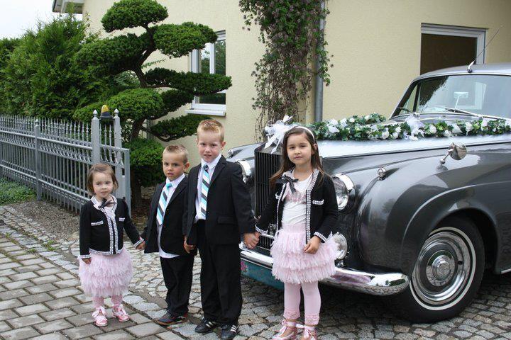 Beispiel: Hochzeitsauto mit Blumenkindern, Foto: Gut Thurnsberg.