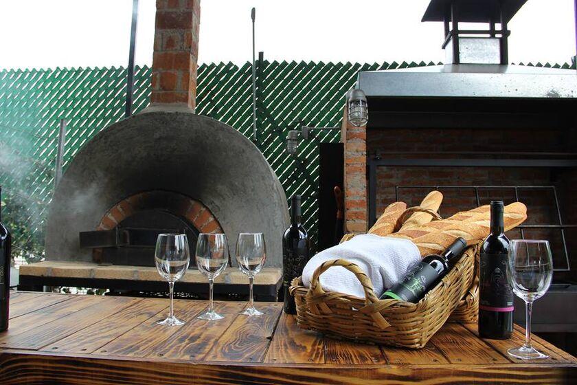 Vinícola Urbana, hornos de leña y carbón para comida campestre y asados.