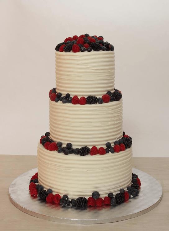 Dreistöckige Hochzeitstorte mit Buttercreme Struktur und frischen Beeren