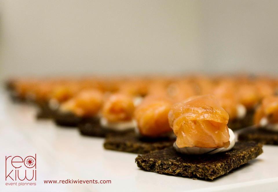 Gravlax de salmón artesanal, sobre pan de centeno negro.