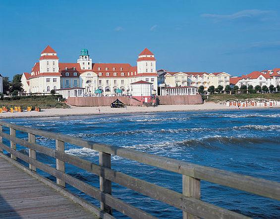 Beispiel: Ansicht von der Seebrücke, Foto: Travel Charme Kurhaus Binz.