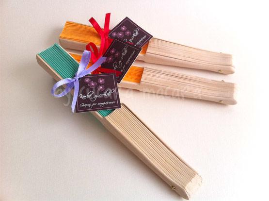 Abanicos de tela con varillas de madera
