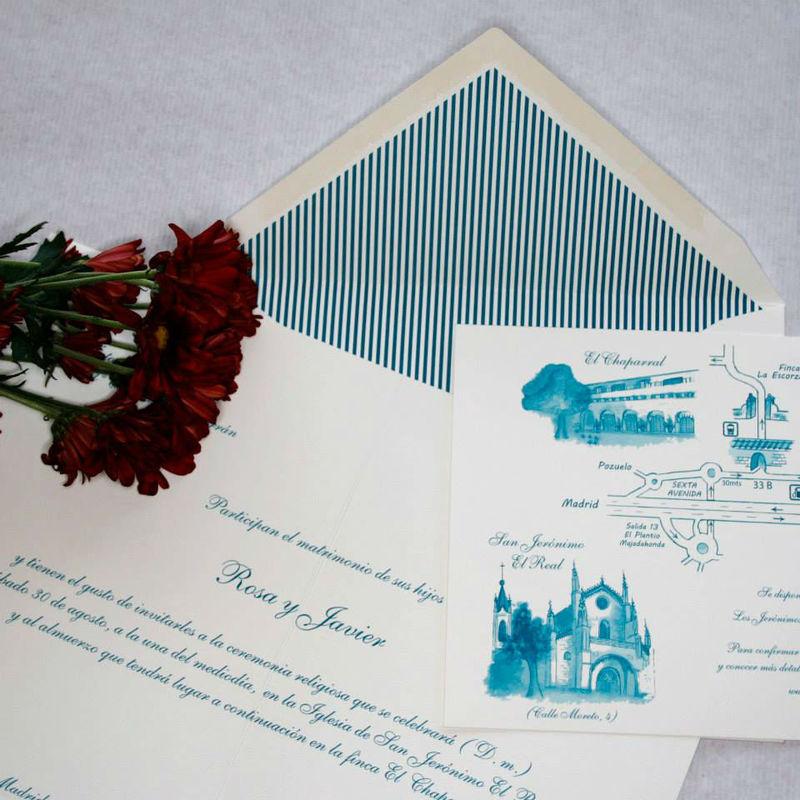 Conjunto en tonos turquesas, con sobre forrado a rayas y plano con ilustraciones.