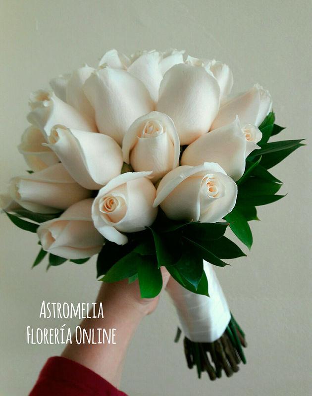 Bouquet súper clásico, en rosas vendela y ruscus. Para novias que saben que muchas veces, en la sencillez está el buen gusto.  Foto: Astromelia - Florería Online
