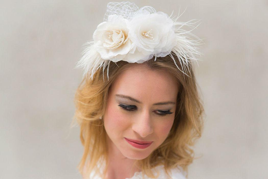 Braut Fascinator mit handgefertigten Seidenrosen, Federn und Netzschleier Bridal fascinator with handmade silk roses, feathers and veil