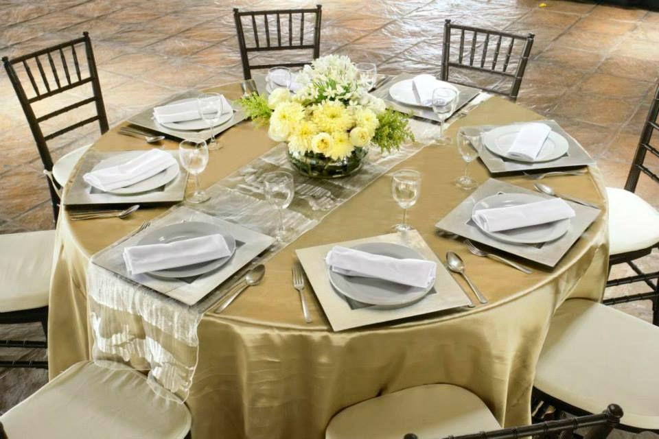 CONFECCION MANTEL SATIN REDONDO. CONFECCION CAMINO DE MESA. Mantel redondo en satin color champagne & camino de mesa en organza fina blanca