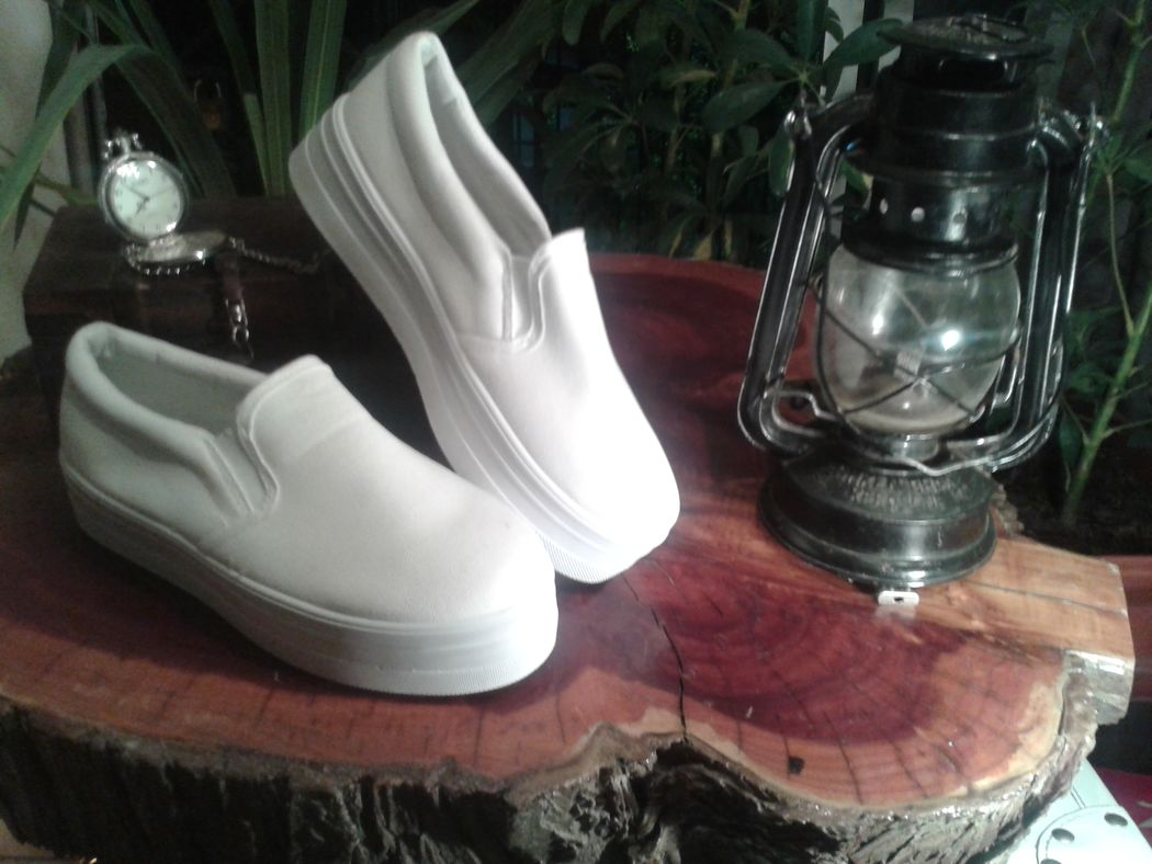 Modelo Isidora Suela de poliuretano de 5 cms Diseño sobrio, funcional y juvenil Increíble elasticidad y comodidad Calidad certificada Disponibles en números de 35 - 39