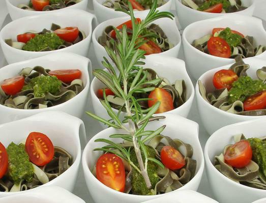Beispiel: Bandnudeln mit frischer Pesto und Cocktailtomaten, Foto: 4C Catering.
