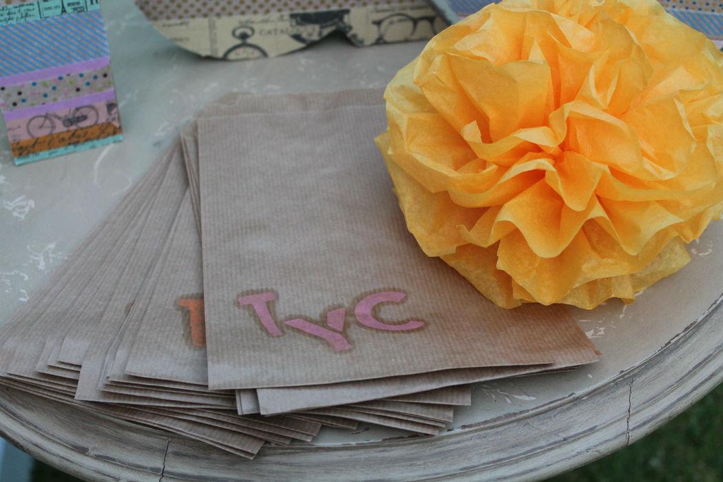 Bolsas de chuches personalizadas con las iniciales de los novios
