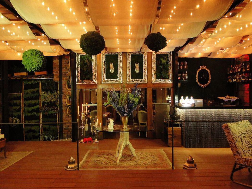 En el deck del restaurante contarás de varios espacios acogedores, rodeado de vegetación y naturaleza que te harán sentir fuera de la ciudad, relajándote desde el momento en que llegas a la terraza en un ambiente casual y místico.