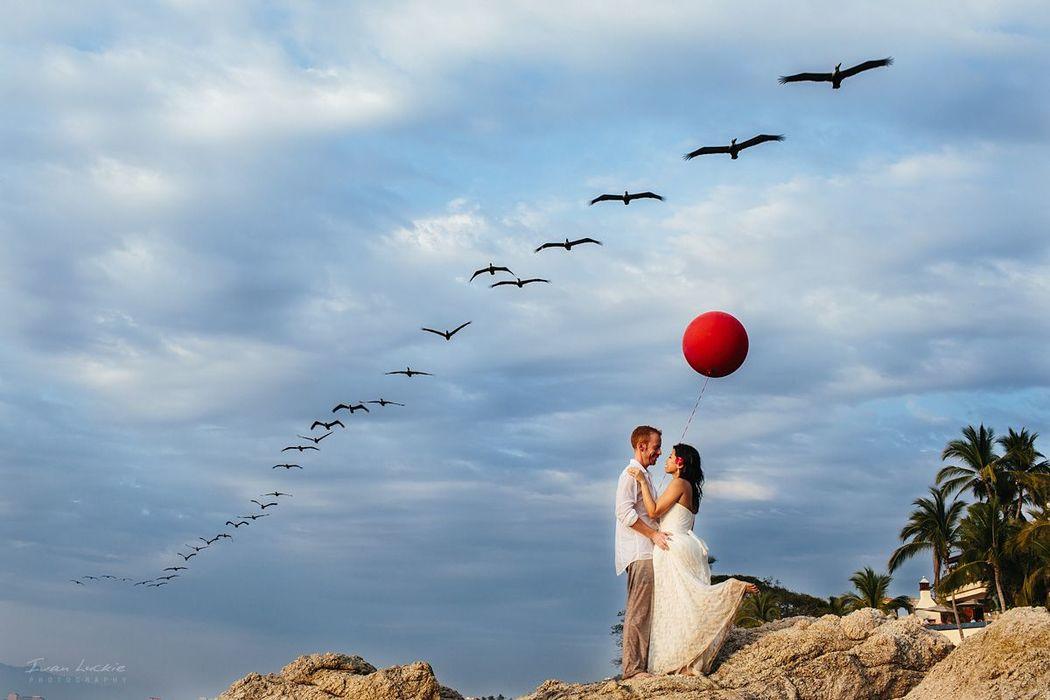 Retrato de la boda en Puerto Vallarta, la novia llevo su globo y casualmente pasaron las aves