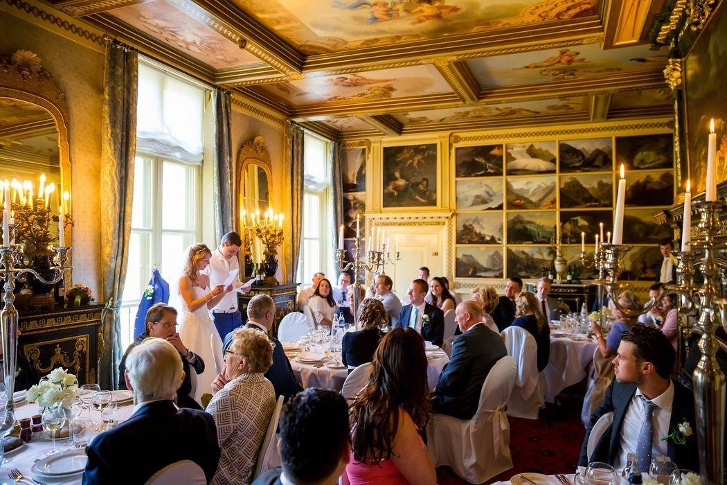 Dineren kan o.a. in het kasteel: stijlvolle ronde dinertafels, afgerokte stoelen, hoge kandelaren en heerlijk eten!