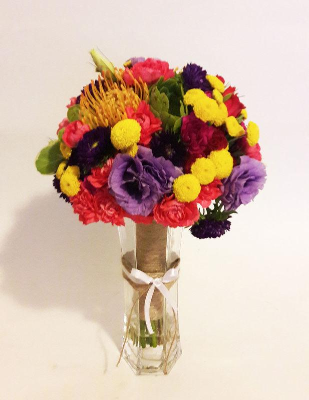 Una explosión de color.  Proteas, rosas de agua, lisianthus, claveles, aster y mums.  Foto: Astromelia - Florería Online