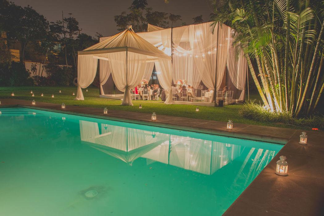 Local con piscina con toldo iluminado