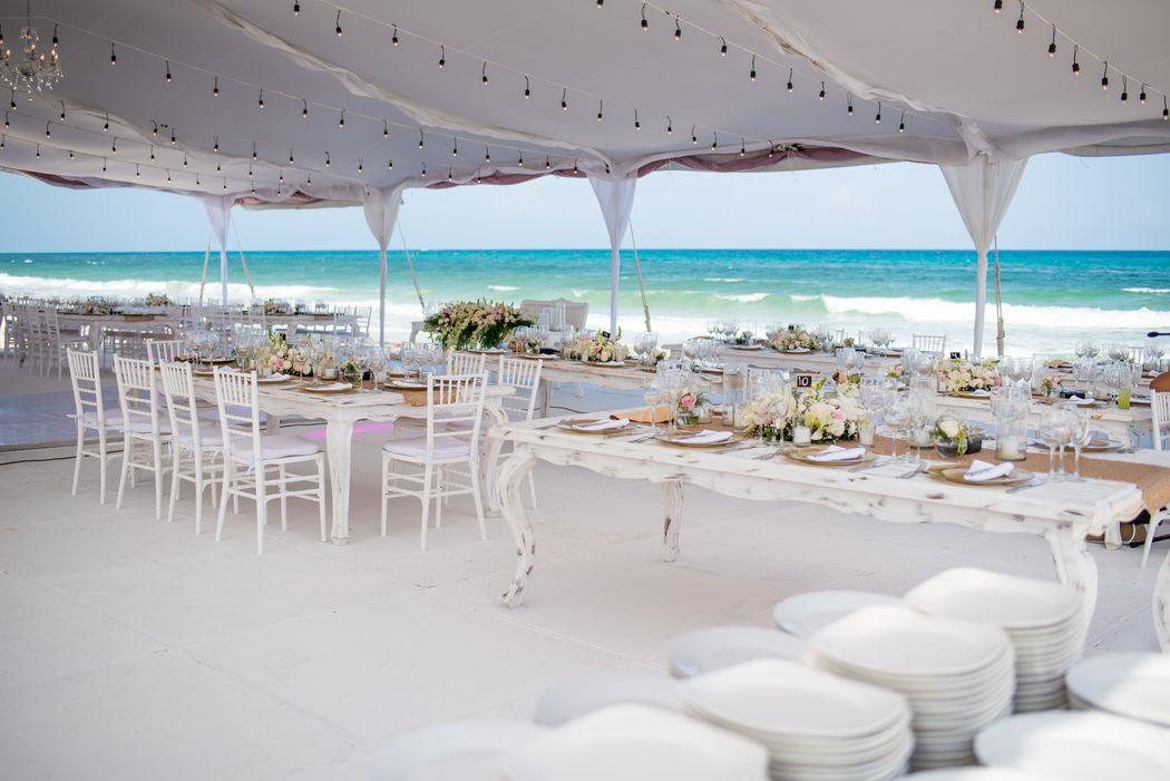 Servicio de catering #mobiliarioparaeventos, #bodasenlaplaya #beachweddings #centrosdemesa #centerpieces #bodasencancun #partyboutiquecancun #udwfinefurniturerental #prettyflowerscancun