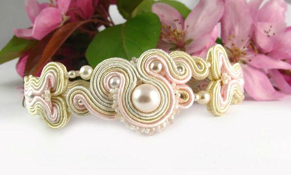 Małgorzata Sowa - PiLLow Design, Biżuteria ślubna sutasz. Romantyczna bransoletka, melanż kolorów ivory, ecru oraz delikatnego, pudrowego różu.