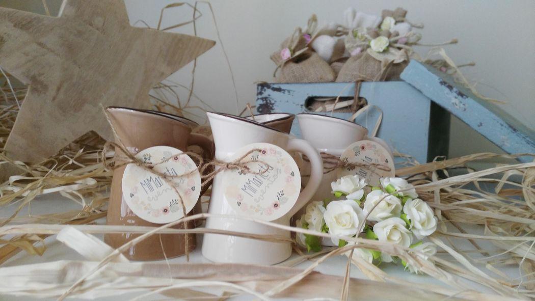 Pequeño aguamanil de porcelana en colores blanco y chocolate. Tamaño : Altura 10 cm.