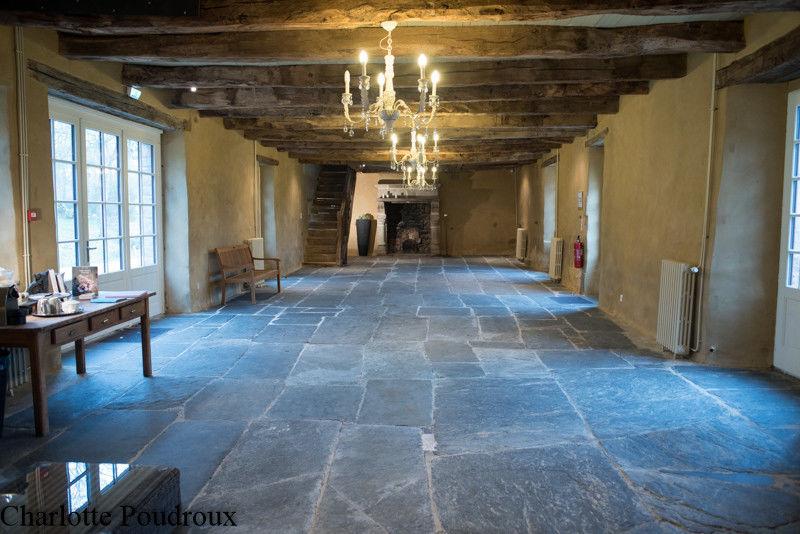 Lumineuse salle de réception, majestueuses ardoises au sol et argile pailleté aux murs - Manoir de la Mare Côtes d'Armor