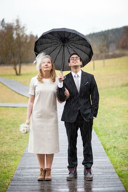 Beispiel: Brautpaar im Regen, Foto: Feel White.