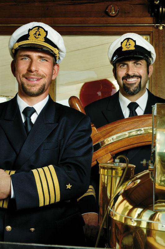 Beispiel: Kapitän Adolf Konstatzky und Steuermann,Foto: Hohentwiel Schifffahrtsgesellschaft.