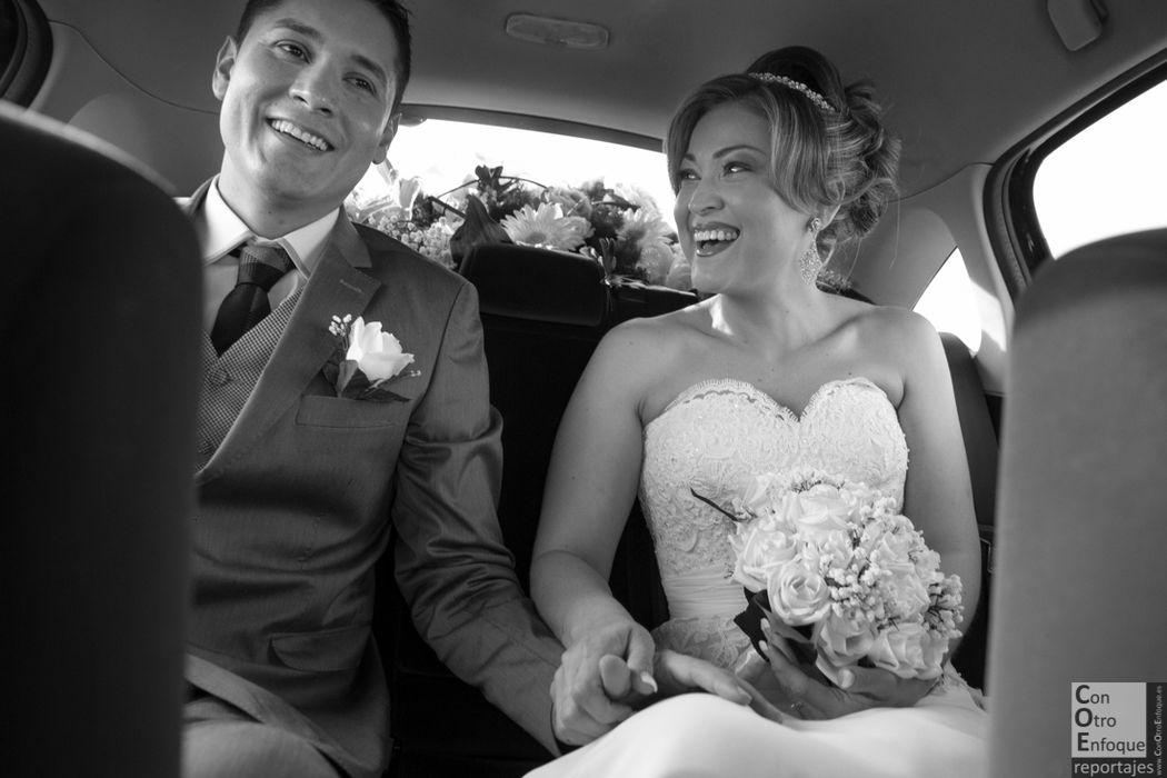 la pareja va junta hacia la boda en Valencia