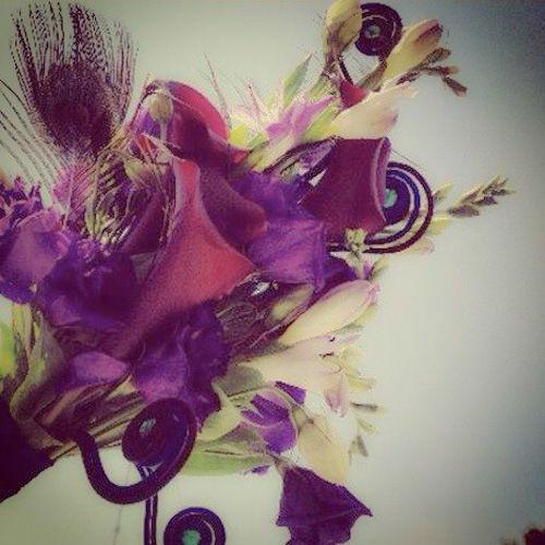 Ramo - joya con bisutería y plumas