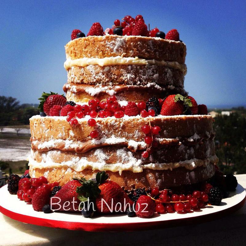 Naked cake com frutas vermelhas