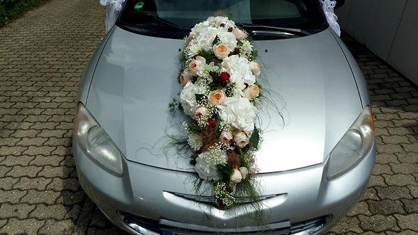 Beispiel: Blumenschmuck für das Hochzeitsauto, Foto: Dornröschen - Blumen Schmidt.