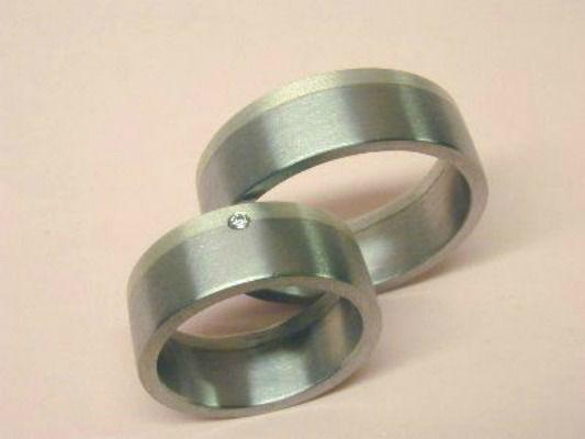 Beispiel: Trauringe - Palladium/Silber mit Brillant, Foto: Eveline Köhler Schmuckdesign.