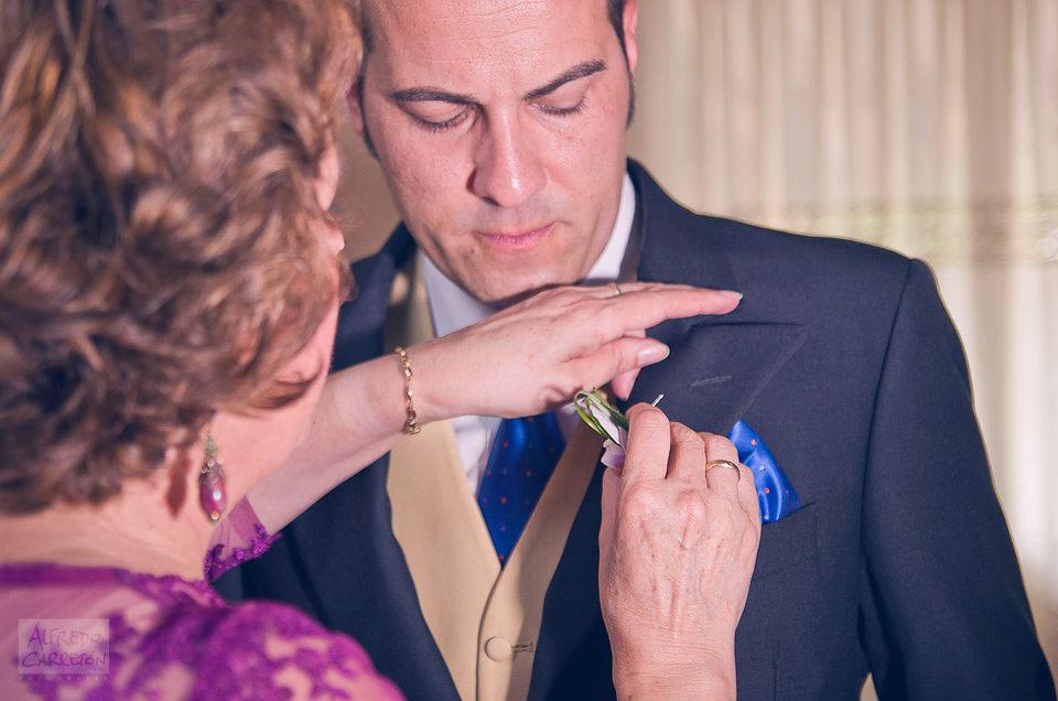 Ana & Andrés, Jijona. El novio suele ser uno de los grandes olvidados, sobre todo a la hora de captar los preparativos, por eso nos esforzamos en que esto no suceda.