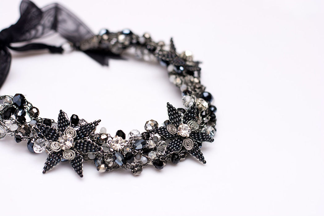 Collar con cristales y flores elaboradas a mano