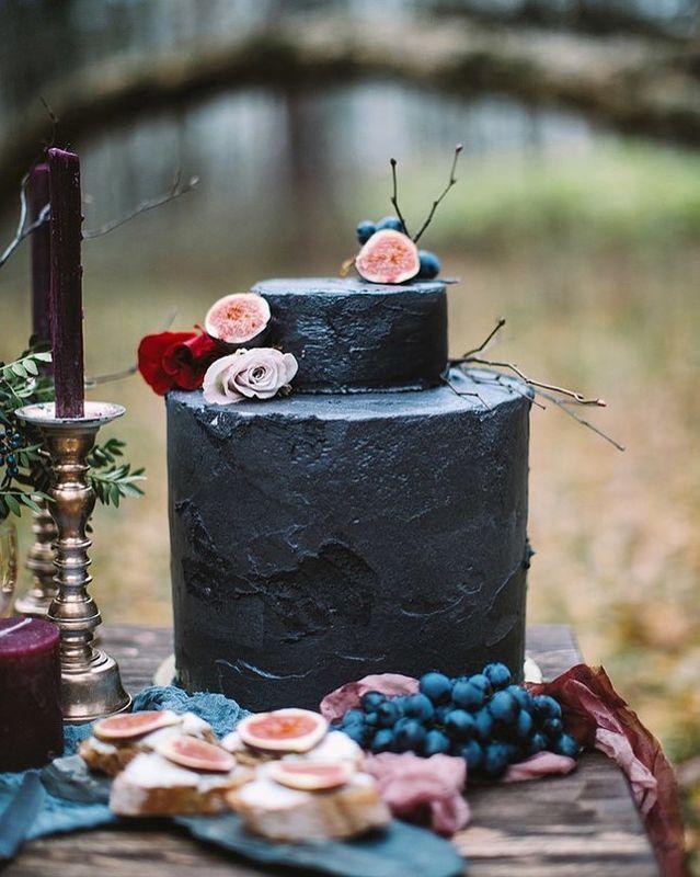 Магия черного цвета и любовь  - подходящее настроение для создания готического торта. Черный крем скрывает невероятно нежный морковный торт.