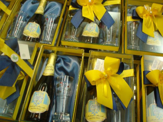 Caixa de vidro com cerveja cerpa personalizada e 2 tulipas também personalizadas.