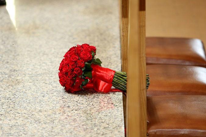 Bouquet de noiva com rosas vermelhas.