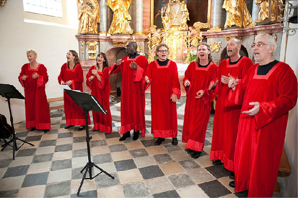 Beispiel: Das Gesangsteam beim Auftritt, Foto: Gospel meets Vienna.